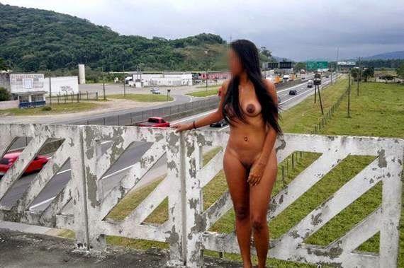 Fotos amadoras de Novinha morena pelada em público