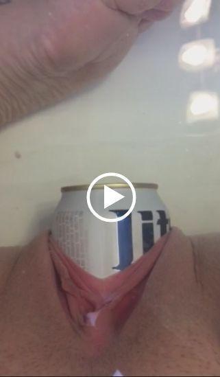 Caiu na net novinha enfiando lata de cerveja
