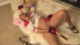 Super gostosa vestida de arlequinha se masturbando em video porno
