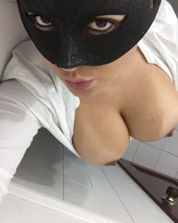 Fotos caseiras de Mascarada exibindo seus peitões
