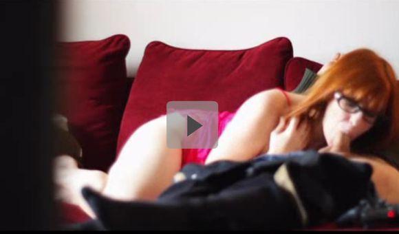 Video amador coroa fazendo boquete  jogando video game