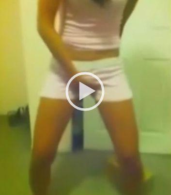 Caiu na net vídeo de novinha  mijando em sua roupa