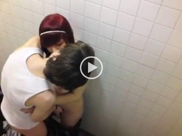 Caiu na net flagra pegando novinha emo no banheiro da escola