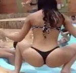 Patricinhas ricas na beira da piscina só de biquíni