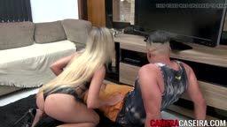 Loira novinha dando pro técnico de tv na sua casa