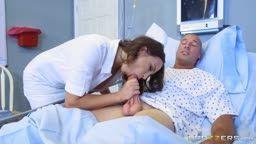 Enfermeira faz chupeta no paciente dotado