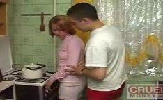 Pegou a irmã à força na cozinha