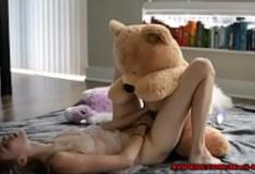 Putinha novinha fode com seu urso de pelúcia